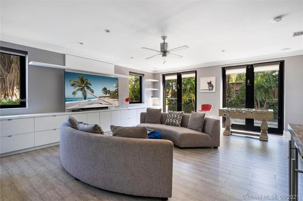 Today's featured Home Of The Day is a knockout four-bedroom waterfront residence in the heart of beautiful Miami Beach.
